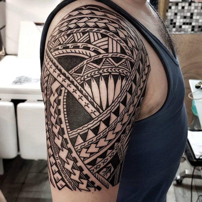 tattoo bedeutung, mann mit großer tätowierung mit geometrischen figuren