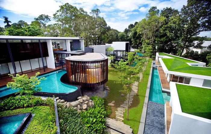 garten gestalten, großes haus mit schwimmbad im hintergarten, gartengestaltung