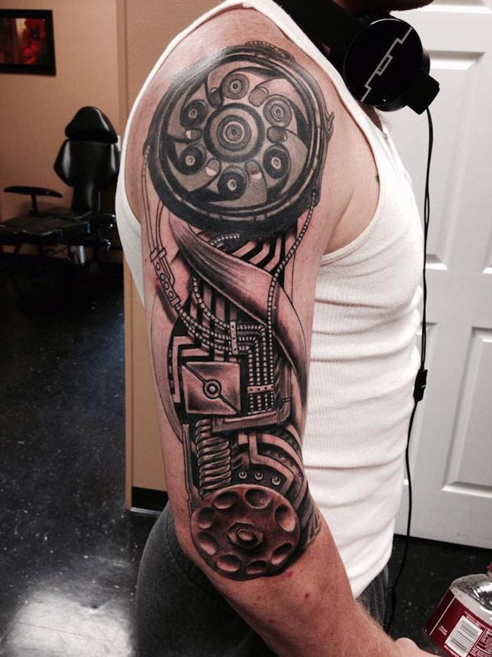 mann mit oberarm tattoo mit maschinenteilen, tattoos für männer