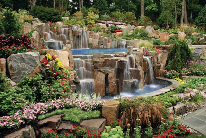 garten gestalten, großer wasserfall aus natursteinen im hintergarten