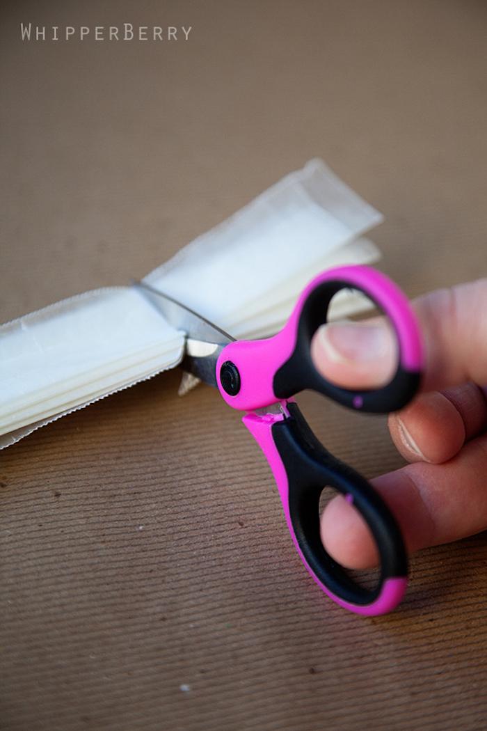 pink-schwarze Schere, Bastelschere rund, weißes Reispapier schneiden