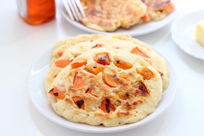 pfannkuchen mit butter und kaki frucht, gesundes frühstück