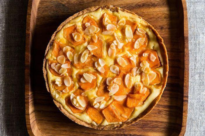 kaki essen, tarte mit sharonfrüchten, butter und weißer schokolade