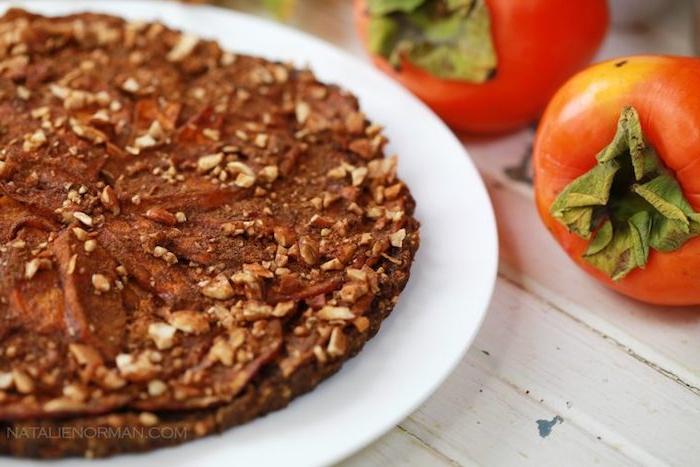 kaki essen, nachspeise mit schwarzer schokolade, nüssen und sharonfrüchten