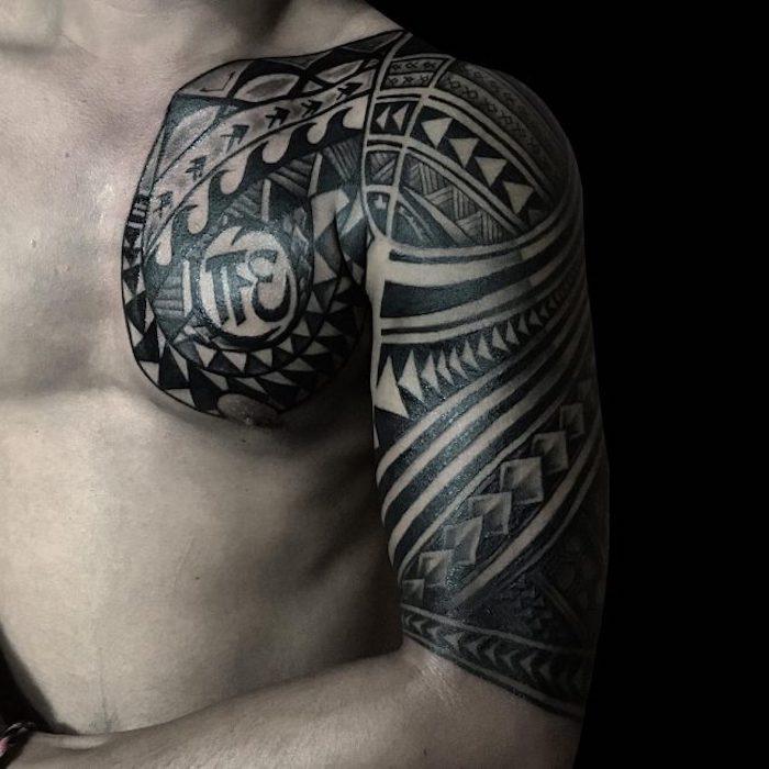tattoo bedeutung, samoanische tätowierung in schwarz an der brust und oberarm