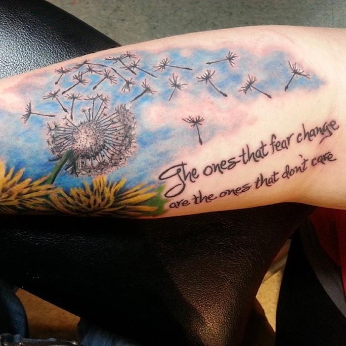 tattoos mit bedeutung, farbiges löwenzahn tattoo am arm