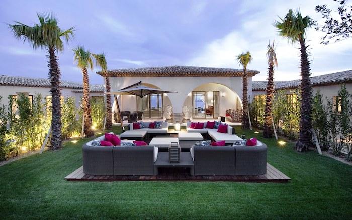 gartengestaltung ideen, hintergarten mit palmen und raigras, große pflanzenmöbel