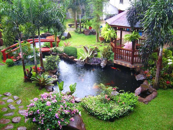gartengestaltung ideen, hintergarten mit teich mit goldenen fischen