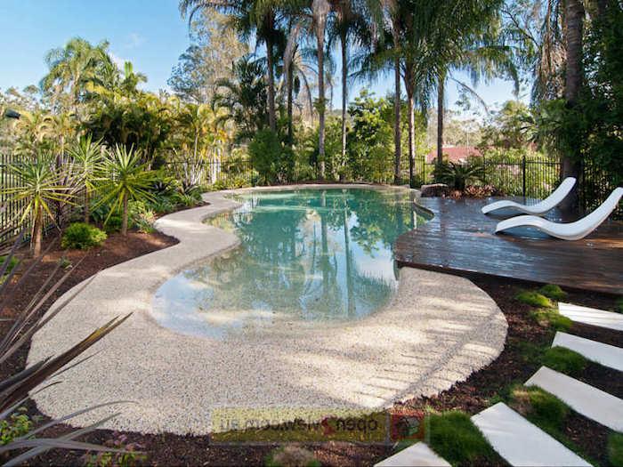 gartengestaltung ideen, hintergarten mit schwimmbad mit kleinen steinchen