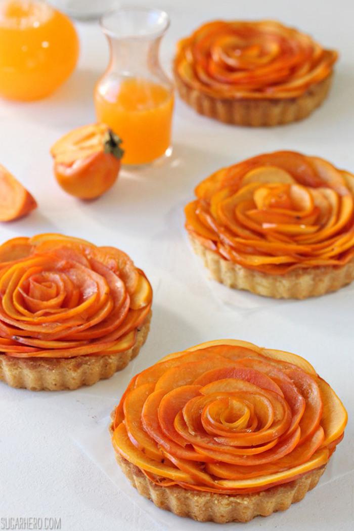 tarte mit persimone und persimonensaft, rosen aus kaki früchten