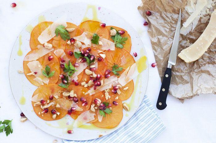wie isst man kaki, gesunder salat mit persimonen, petersilie und granatapfelsamen