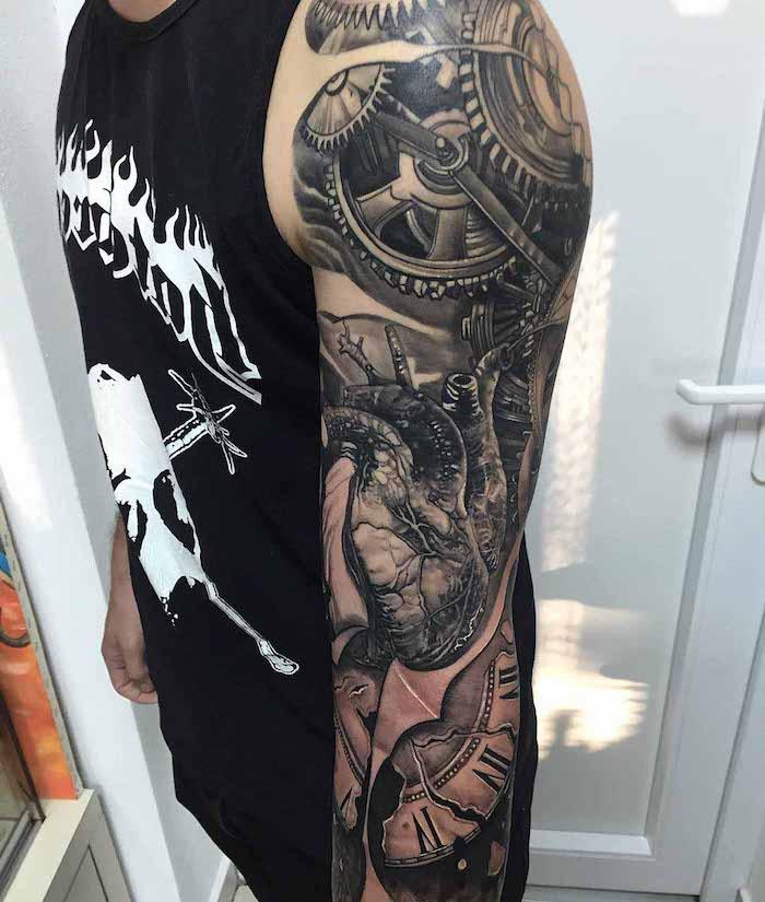 tattoo vorlagen männer, mann mit biomechanischer tötowierung am arm, biomechanik tattoo ganzer arm