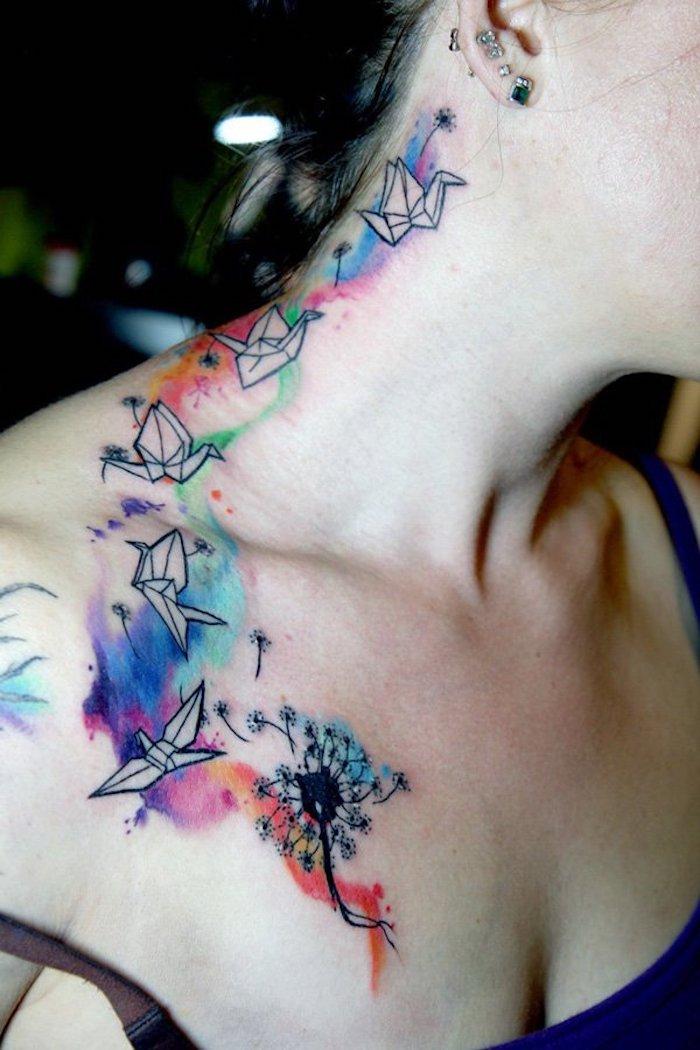 tattoo symbole, frau mit wasserfarben tattoo am necken, origami tattoo