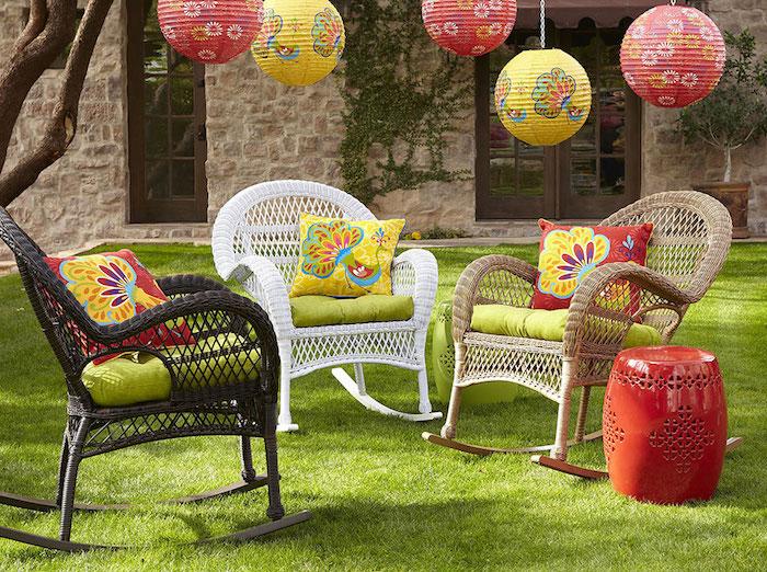 sitzplatz garten, geflochtene stühle mit bunten dekokissen, chineische laternen