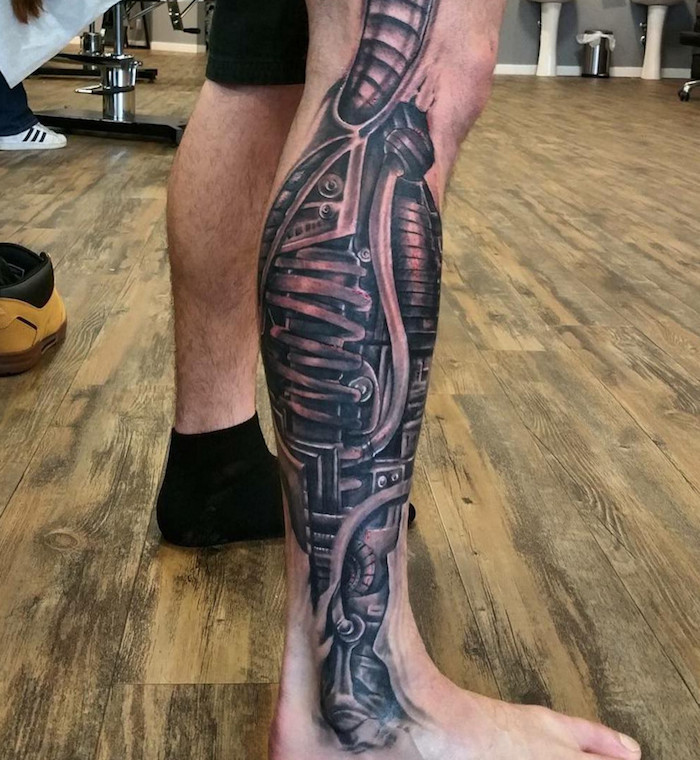 tattoo vorlagen männer, mann mit schwarz-grauer tätowierung am bein