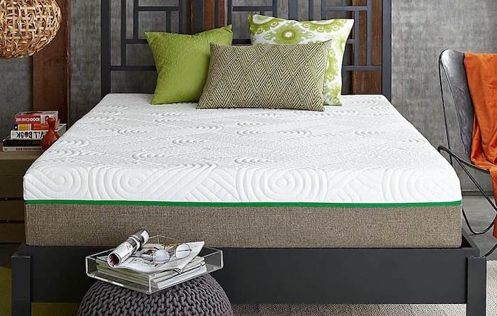 Bettwaren, Schlafzimmer mit grauen Wänden, Designer-Kronleuchter, Plastikstuhl