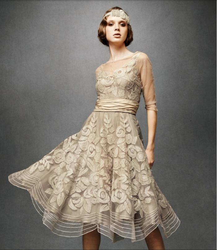 20er Jahre Kleidung in beige Farben, Kleid aus Tüll und Satin, Kurzhaarfrisur