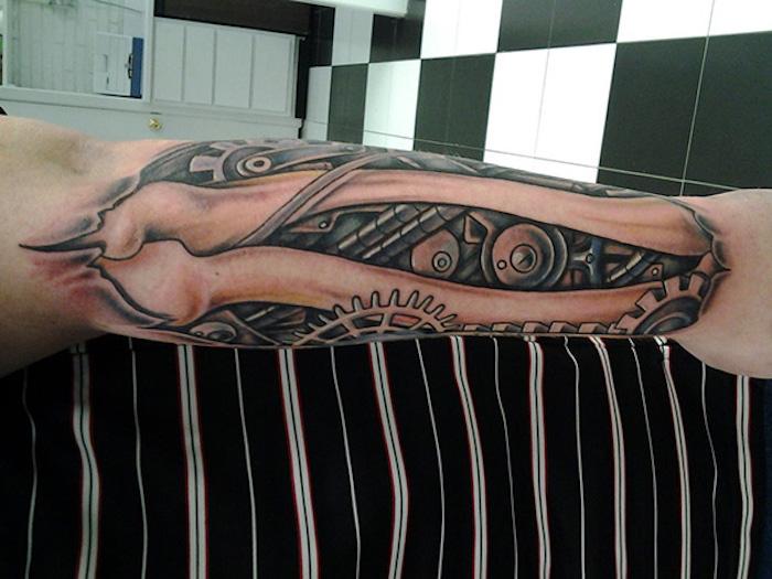 arm tattoo mann, tätowierung mit knochen und maschinenteilen
