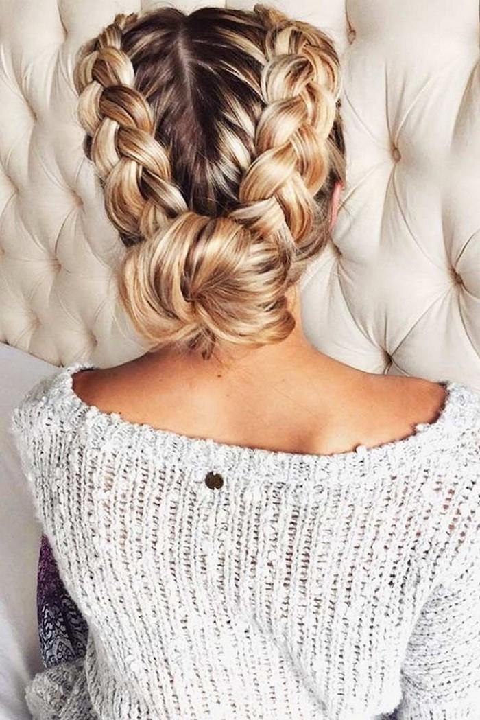 Flechtfrisur für lange Haare, niedriger Dutt, Balayage Haarfarbe, weißer Pullover