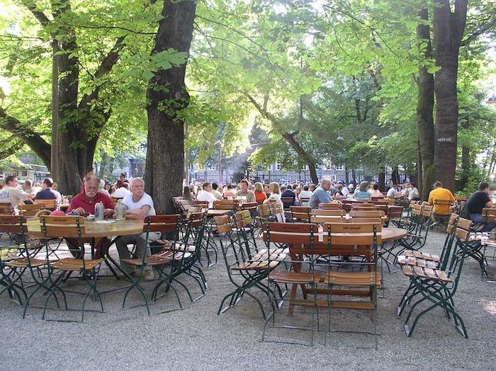 ein Biergarten - Gastronomie Stühle und Tische