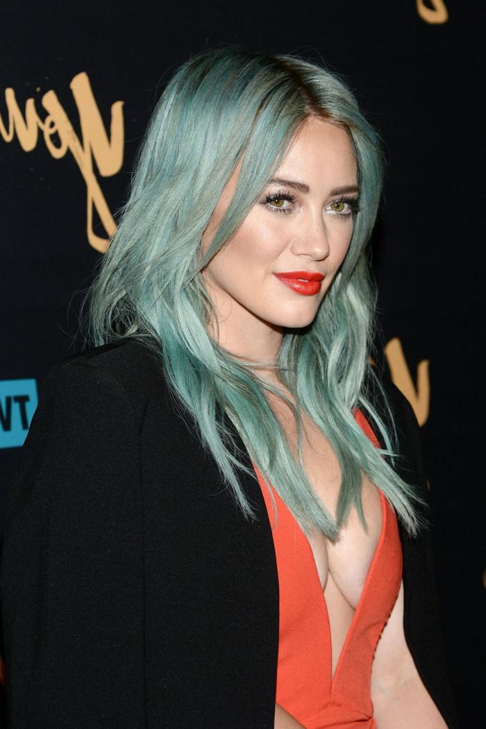 Blaue Haare, Hilary Duff mit extravagantem Look, knallrote Lippen, korallfarbenes Abendkleid, schwarzer Blazer