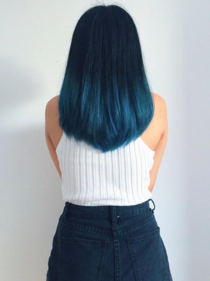 lange, glatte Haare, Ombre Schwarz-Blau, weißer Top, Jeans-Rock, Ideen für auffällige Damenfrisuren