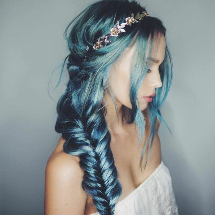Blaue Haarfarbe, tolle Frisur- Zopf, silberner Haarschmuck, Porzellanteint, matte Lippen, weißer Top