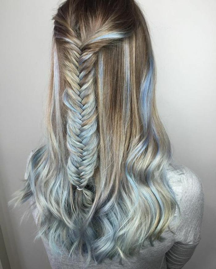 dunkelblonde Haare mit hellblauen Strähnen, kleiner Zopf, Ideen für auffällige Frisuren