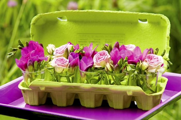 Blumen im Eierkarton, schöne Geschenkidee zum Nachmachen, kleine violette und rosafarbene Rosen