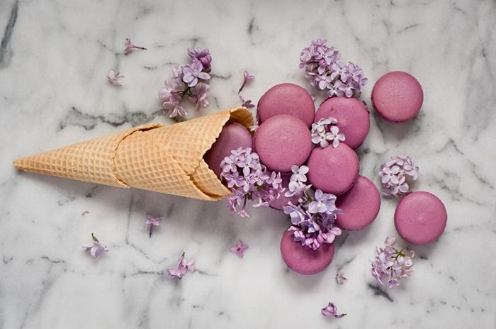 Schöne Hintergrundbilder mit Blumen, Fliederblüten, französische Macarons, Waffel, lila Eiscreme