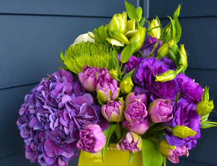 Blumenstrauss aus Hortensien und Pfingstrosen, lila Nuancen, Geschenkidee für die liebe Frau