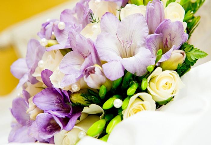 Blumenstrauss aus weißen Rosen und lila Freesien, Blumenarten von A bis Z, schöne Geschenkideen