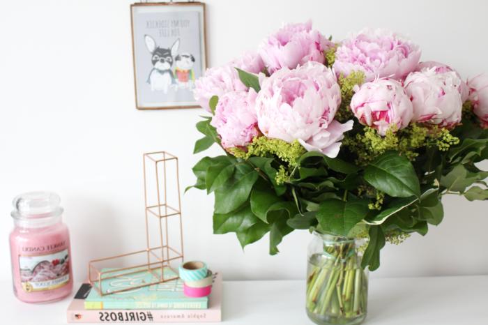 Pfingstrosenstrauss im Einmachglas, rosafarbene, große Blüten, zwei Bücher und Klebeband daneben