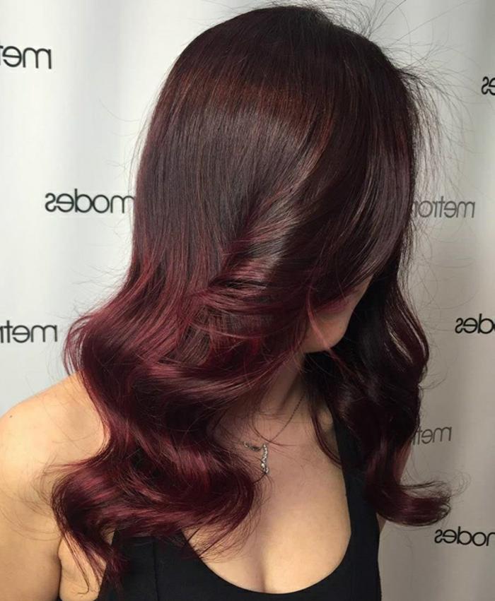dunkelrote, lange Haare, mit Locken, einen Rotton auswählen und Haare färben, schwarzer Top, silberne Kette