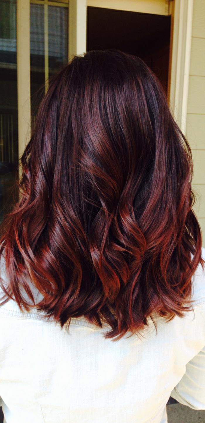 Dunkelbraun mit roten strähnen