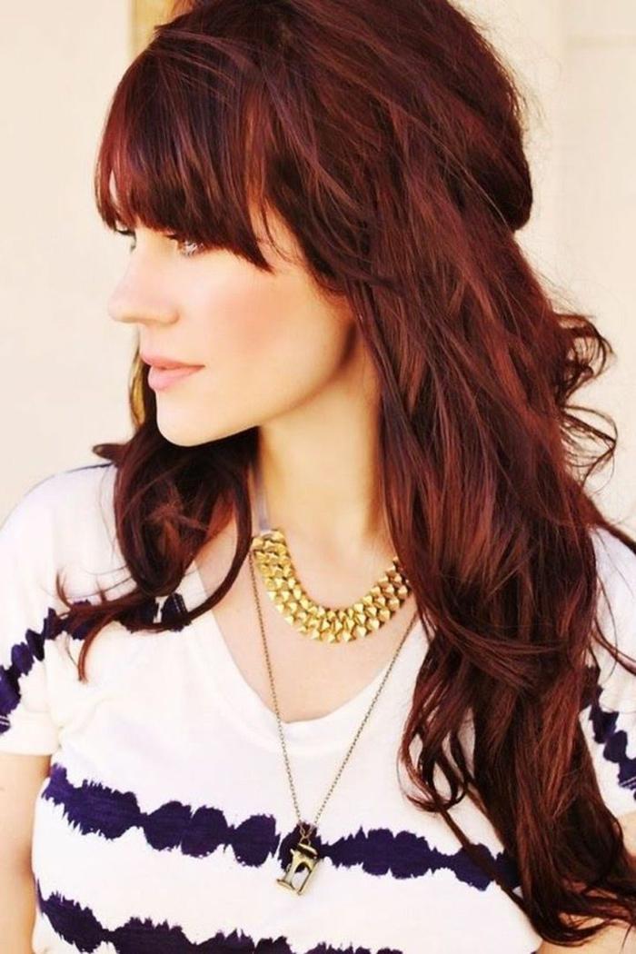 Haare rot färben, langes Haar, mit Pony, goldene Ketten, weiß-blauer T-Shirt