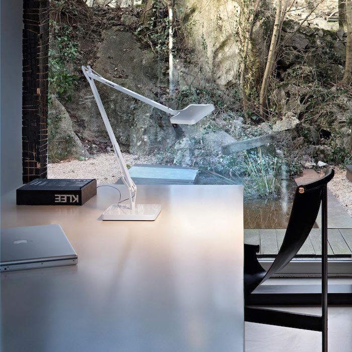 natürliches licht im heimbüro homeoffice ideen natur aussicht wasser tischlampe fenster licht