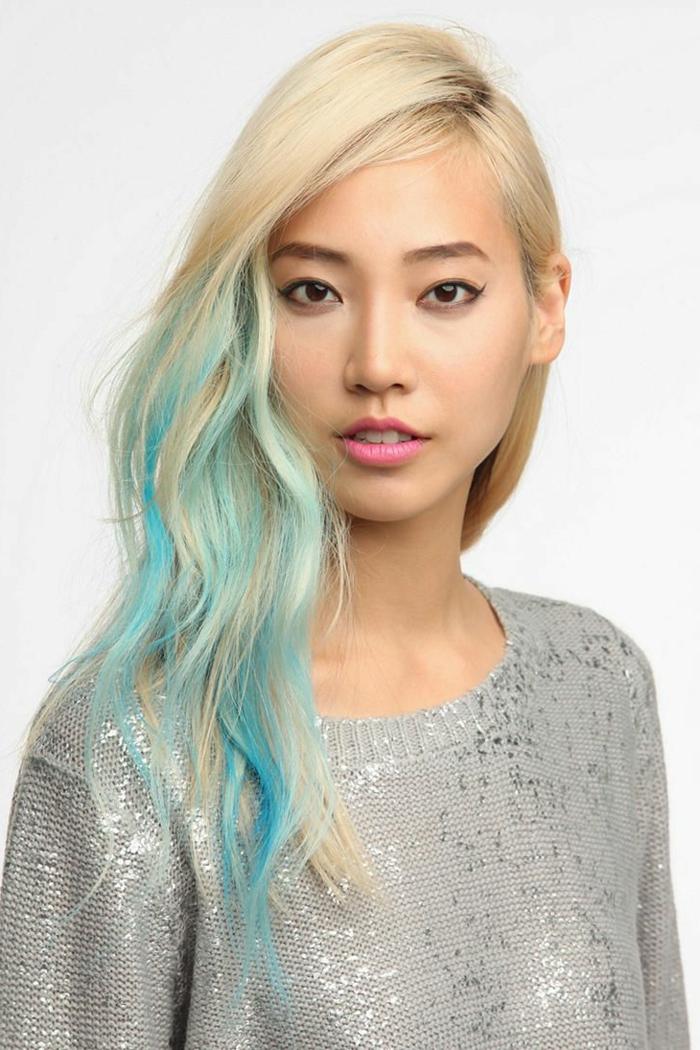 blonde Haare mit hellroten Strähnen, natürlicher Make-up, rosa Lippen, Eyeliner, silberner Pullover