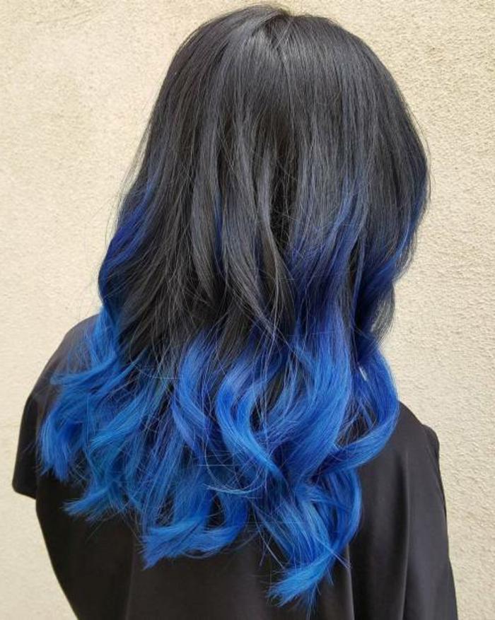Ombre Schwarz-Blau, lange Haare, schöne Locken, tolle Ideen für auffällige Damenfrisuren
