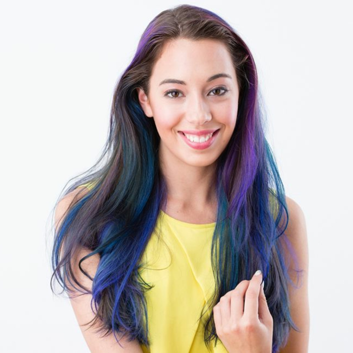 bunte Haare, schwarzes Haar mit blauen und lila Strähnen, natürlicher Make-up, gelber Top