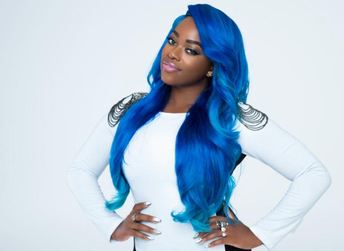 Ideen für coole und extravagante Damenfrisuren, lange, blaue Haare, weißer Outfit