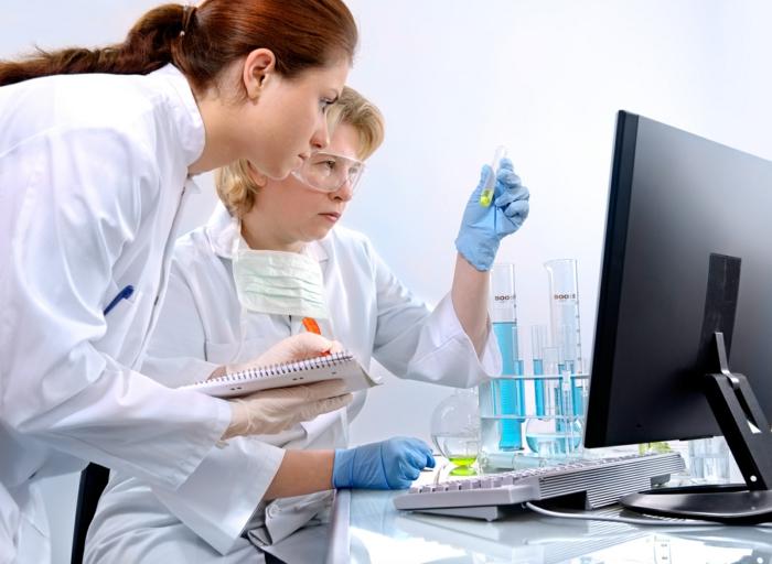 Chemietechnik Zubehür, zwei Laborantinnen, Teamarbeit, im Labor Tätige