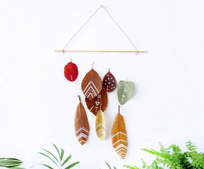 Herbstdeko aus Blättern in verschiedenen Nuancen, DIY Idee zum Nachmachen, einfach und kreativ
