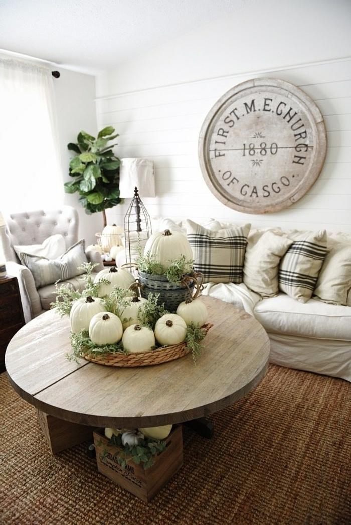 das Wohnzimmer herbstlich dekorieren, weiße Kürbisse als Tischdeko, tolle Ideen für Herbstdeko