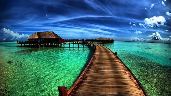 schöne Meereslandschaft, grünes Wasser, dunkler Himmel, Flugzeugspuren