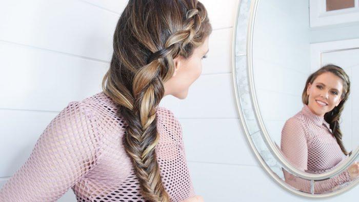 eine Fischgrät Frisur mit Fortsetzung bis zum Oberkopf ein Mädchen im Spiegel - Dirndl Frisuren