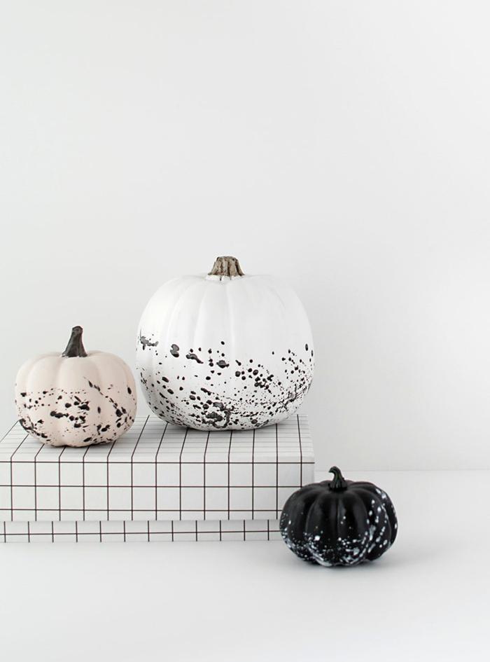 Ideen für Herbstdekoration, Kürbisse bemalen, einfach zum Nachmachen, den Garten herbstlich dekorieren