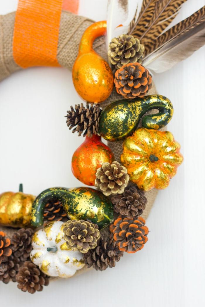 DIY Kranz aus Zapfen, Kürbissen und Federn, herbstliche Nuancen, tolle Deko Ideen zum Inspirieren und Nachmachen