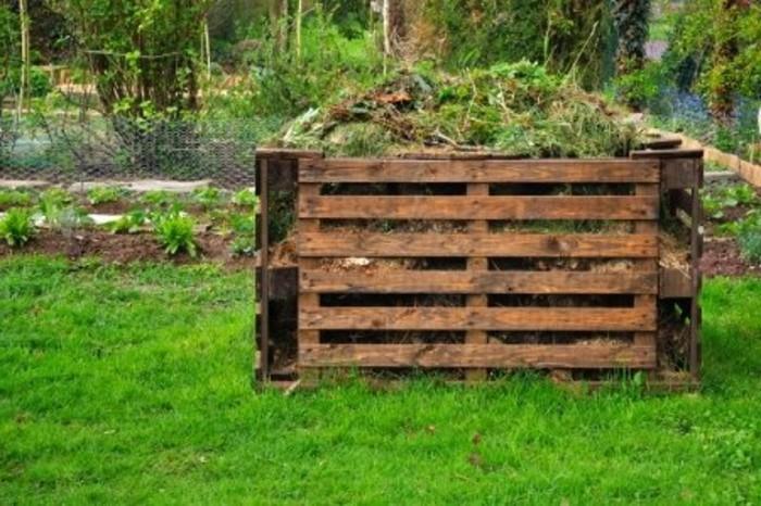 hier ist noch ein schöner kleiner komposter aus holz - idee zum ethema gartengestaltung