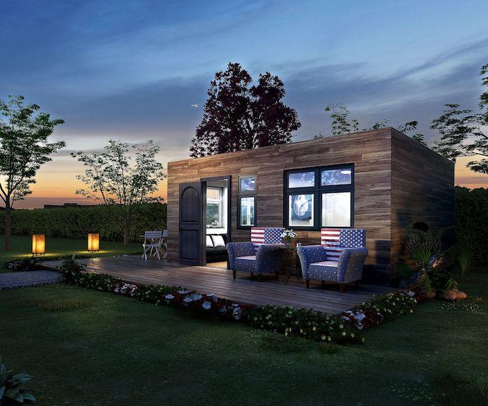 jetzt zeigen wir ihnen ein tolles modernes container haus mit stühlen, sofas euner kleinen terrasse und einem garten mit grünen bäumen und lampen und blumen